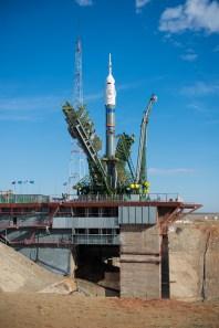 201409230034HQ La nave espacial Soyuz TMA-14M después de que los brazos mecánicos se hayan cerrado asegurando el cohete en su posición veritcal sobre la plataforma de lanzamiento el Martes 23 de septiembre 2014 en el Cosmódromo de Baikonur en Kazajstán. Créditos de la foto: NASA/Aubrey Gemignani.