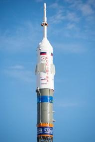 201409230031hq (23 de septiembre de 2014) --- La nave espacial Soyuz TMA-14M se observa después de haber sido colocada en una posición vertical sobre la plataforma de lanzamiento el 23 de septiembre de 2014 el cosmódromo de Baikonur en Kazajstán. El cohete está decorado con el logotipo de los Campeonatos del Mundo de Natación 2015 (FINA ), que se celebrará en Kazan, Rusia. Crédito de la imagen: NASA/Aubrey Gemignani.