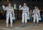 201409250045HQ la Expedición 41 en las cercanias del edificio No 254 en el Cosmódromo de Baikonur en Baikonur, Kazajistán. La tripulación está lista para ser lanzada al espacio en una misión dede cinco meses y medio en la Estación Espacial Internacional a bordo de la nave espacial Soyuz TMA-14M a las 2:25 am, hora de Kazajstán el viernes 26 de septiembre Crédito de imagen: NASA/Victor Zelentsov.
