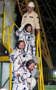 201409250001HQ La expedición 41 conformada por el comandante de la Soyuz Alexander Samokutyaev de la Agencia Espacial Federal Rusa (Roscosmos), en la parte de abajo, el ingeniero de vuelo Barry Wilmore de la NASA, en el medio, y Elena Serova de Roscosmos, en la parte superior, se despiden antes de abordar la nave espacial Soyuz TMA-14M para el lanzamiento, Jueves, 25 de septiembre 2014 en el Cosmódromo de Baikonur en Kazajstán. Samokutyaev, Wilmore, y Serova pasarán los próximos cinco meses y medio a bordo de la Estación Espacial Internacional. Crédito de la foto: NASA/Aubrey Gemignani.