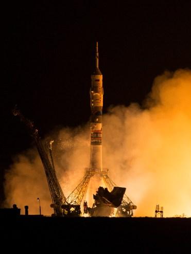 201409260001HQ Lanzamiento del cohete con la nave Soyuz TMA-14M desde el cosmódromo de Baikonur en Kazajstán el Viernes, 26 de septiembre 2014, la Expedición 41 de la Soyuz conformada por el Comandante Alexander Samokutyaev de la Agencia Espacial Federal Rusa (Roscosmos), la ingeniero de vuelo Elena Serova de Roscosmos, y el ingeniero de vuelo Barry Wilmore de la NASA, entrarán en órbita para comenzar su misión de 5 meses y medio en la Estación Espacial Internacional. Crédito de la imagen: NASA/Aubrey Gemignani.