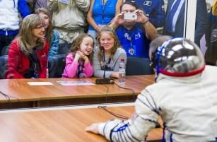 201409250039HQ El ingeniero de vuelo Barry Wilmore de NASA habla con su familia después de que la presión de su traje ruso Sokol ha sido comprobada en preparación para su lanzamiento a bordo de la nave espacial Soyuz TMA-14M en Jueves, 25 de septiembre 2014 en el Cosmódromo de Baikonur en Kazajstán. Crédito de la imagen: NASA/GCTC/Andrey Shelepin.