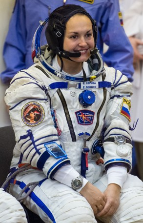 201409250023HQ Expedición 41 la ingeniero de vuelo Elena Serova de la Agencia Espacial Federal Rusa (Roscosmos) antes de tener la presión de su traje ruso Sokol verificada en preparación para su lanzamiento a bordo de la nave espacial Soyuz TMA-14M el Jueves, 25 de septiembre 2014, en el Cosmódromo de Baikonur en Kazajstán. Créditos de la imagen: NASA/Joel Kowsky.