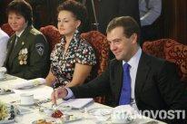 """Elena Serova (centro) durante una reunión de Dmitri Medvédev y mujeres de profesiones """"masculinas"""" en 2009."""