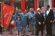 Erich Honecker en su lugar de nacimiento: Caluroso recibimiento al jefe de estado de la RDA por civiles de Wiebelskirchen, el alcalde Peter Neuber (d.) y por un grupo coral. Wiebelskirchen, Neunkirchen, RFA. 10 de Septiembre de 1987 (© Bundesregierung, B 145 Bild-00016874; Foto: Engelbert Reineke)