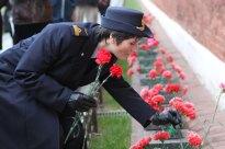 (6 de noviembre 2014) --- En el muro del Kremlin en la Plaza Roja de Moscú, la tripulante de la Expedición 42/43, Samantha Cristoforetti de la Agencia Espacial Europea, deposita flores el 06 de noviembre en el lugar donde están enterrados los grandes cosmonautas soviéticos. Crédito de la imagen: NASA / Stephanie Stoll.