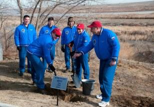 (18 de noviembre de 2014) --- Detrás de las habitaciones del Hotal del Cosmonauta en Baikonur, Kazajstán, el miembro de la Expedición 42/43 Terry Virts de la NASA (en primer plano, a la izquierda), planta un árbol que lleva su nombre en las ceremonias tradicionales el 18 de noviembre, junto a sus compañeros de tripulación Samantha Cristoforetti de la Agencia Espacial Europea (centro) y Anton Shkaplerov de la Agencia Espacial Federal Rusa (Roscosmos, derecha). En el fondo están los miembros de la tripulación de respaldo Kjell Lindgren de la NASA, Oleg Kononenko de Roscosmos y Kimiya Yui de la Agencia de Exploración Aeroespacial de Japón. Crédito de la imagen: NASA / Sergei Fyodorov.