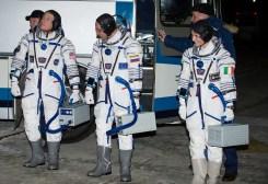 (24 de noviembre de 2014) --- El ingeniero de vuelo Terry Virts de la NASA, a la izquierda, da un vistazo rápido hacia la nave espacial Soyuz TMA-15M antes de subir con sus compañeros de tripulación el Comandante de la Soyuz Anton Shkaplerov de la Agencia Espacial Federal Rusa (Roscosmos) y el ingeniero de vuelo Samantha Cristoforetti del Agencia Espacial Europea (ESA), lunes, 24 de noviembre de 2014 en el cosmódromo de Baikonur, en Kazajstán. Cristoforetti, Virts y Shkaplerov pasarán los próximos cinco meses y medio a bordo de la Estación Espacial Internacional. Crédito de la imagen: NASA / Aubrey Gemignani.