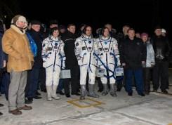 (24 de noviembre de 2014) --- Lo tripulantes de la expedición 42 posan para una foto con altos funcionarios de Roscosmos, la NASA y la ESA antes de embarcar en la nave espacial Soyuz TMA-15M para su lanzamiento, lunes 24 de noviembre de 2014 en el cosmódromo de Baikonur, Kazajstán. Cristoforetti, Virts y Shkaplerov pasarán los próximos cinco meses y medio a bordo de la Estación Espacial Internacional. Crédito de la imagen: NASA / Aubrey Gemignani.