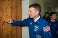 Expedición 42: el ingeniero de vuelo , Terry Virts de la NASA, lleva a cabo la tradicional firmar en su puerta del Hotel del Cosmonauta antes de salir del hotel para su lanzamiento en un cohete Soyuz con sus otros compañeros de tripulación, domingo 23 de noviembre 2014 en Baikonur, Kazajstán. Crédito de la imagen: NASA / Aubrey Gemignani.