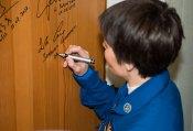 Expedición 42: la ingeniera de vuelo Samantha Cristoforetti de la Agencia Espacial Europea (ESA), lleva a cabo la tradicional firmar en su puerta del Hotel del Cosmonauta antes de salir del hotel para su lanzamiento en un cohete Soyuz con sus otros compañeros de tripulación, domingo 23 de noviembre 2014 en Baikonur, Kazajstán. Crédito de la imagen: NASA / Aubrey Gemignani.