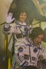 Expedición 42/43: la astronauta de la ESA Samantha Cristoforetti, Terry Virts de la NASA y comandante Anton Shkaplerov de Roscosmos agradecen a la audiencia en la plataforma de lanzamiento, justo antes de entrar al ascensor que transporta a la tripulación hasta la parte superior del cohete Soyuz, en Baikonur, Kazajstán, el 23 de noviembre 2014. Crédito: ESA-S. Corvaja, 2014.