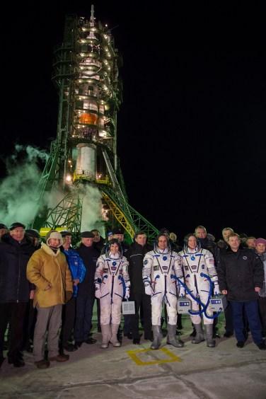 La Expedición 42/43 formada por la astronauta de la ESA Samantha Cristoforetti, el comandante Anton Shkaplerov de Roscosmos y Terry Virts de la NASA, junto a dignatarios en la plataforma de lanzamiento en Baikonur, Kazajstán, el 23 de noviembre de 2014. Crédito: ESA-S. Corvaja, 2014