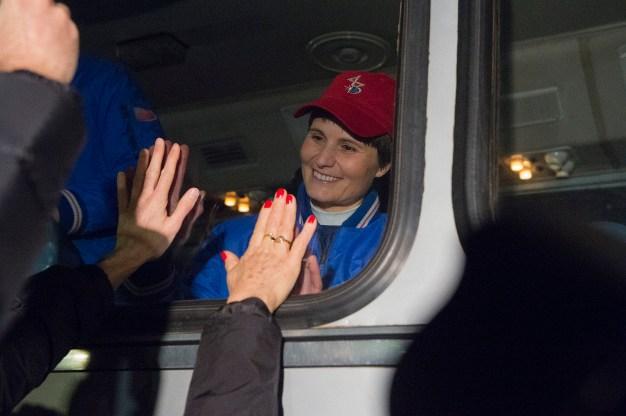 La astronauta de la ESA Samantha Cristoforetti dice adiós a la familia y amigos, mientras se aleja del Hotel del Cosmonauta para su última preparación previa al lanzamiento de la Soyuz a la Estación Espacial Internacional, en Baikonur, Kazajstán, el 23 de noviembre de 2014. En esta misión, Samantha está volando como astronauta de la ESA para la agencia espacial italiana ASI bajo un acuerdo especial entre la ASI y la NASA. Crédito: ESA-S. Corvaja, 2014.