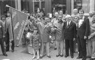 El Secretario General del Comité Central del SED y presidente del Consejo de Estado de la RDA, Erich Honecker, de pie en Neuenkirchen, junto con el alcalde Peter Neuber (d) y el Jefe del grupo Coral Acapela de Wiebelskirchen, Werner Zins (tercero desde la derecha) y con los niños más jóvenes del grupo Croal en una foto para los numerosos fotógrafos y camarógrafos. Wiebelskirchen, Neunkirchen, RFA. 10 de Septiembre de 1987. Bundesarchiv Bild 183-1987-0910-052/Oberst, Klaus.