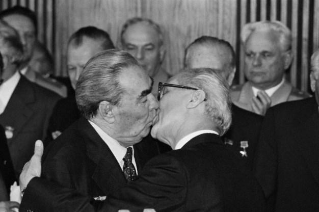 07 de octubre de 1979, el líder soviético Leonid Brézhnev besa al jefe de estado de la RDA; Erich Honecker en ocasión del 30 aniversario de la RDA. Foto: © Regis Bossu/Sygma/Corbis.