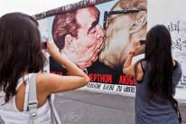Personas fotografían la famosa imagen representada por Vrúbel, Berlín, Alemania, 02 de julio de 2011. Foto: © Atlantide Phototravel / Corbis.