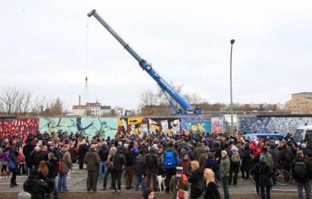 Manifestación contra el desmantelamiento de partes del Muro de Berlín, Alemania, 01 de marzo de 2013. Las obras comenzaron el mismo día para crear vías de acceso al terreno de la construcción a lo largo del río Spree. Miles de personas acudieron a protestar contra el desmantelamiento. Foto: © Florian Schuh/dpa/Corbis
