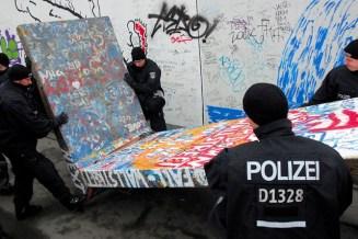 La policía de Berlín, extraes una sección del Muro de Berlín luego controlar a los manifestantes que impedían las obras de demolición, Berlín, Alemania, 01 de marzo de 2013. Foto: © Craig Robinson/Demotix/Corbis