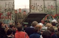 11 de noviembre 1989, una multitud de berlineses occidentales ven cómo los guardias fronterizos de Alemania Oriental desmontan una sección del muro con el fin de abrir un nuevo punto de cruce entre el Este y el Oeste de Berlín, cerca de la Potsdamer Platz. Foto: © Gerard Malie/Getty Images
