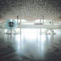 Vestíbulo con el techo repleto de lámparas de cristal. Foto: Thorsten Klapsch/Edition Panorama.