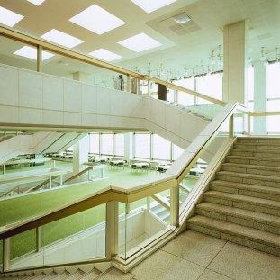 Detalle de las escalera en las plantas altas. Foto: Thorsten Klapsch/Edition Panorama.