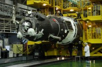 17 de noviembre de 2014: Luego de que los diseñadores han completado su inspección, la nave Soyuz TMA-15M (módulo orbital) es integrada en el segmento PkhO que la conecta con el cohete portador Soyuz-FG. Foto: S.P. Korolev/RSC Energia.