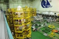 17 de noviembre de 2014: Luego de que los diseñadores han completado su inspección, la nave Soyuz TMA-15M (módulo orbital) es preparada para su integración con el cohete portador Soyuz-FG. Foto: S.P. Korolev/RSC Energia.