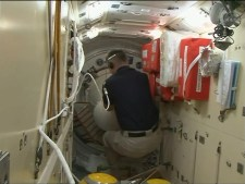 Apertura de la escotilla en el módulo Rassvet. Foto: NASA TV.