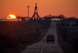 Una furgoneta de seguridad examina el área plataforma de lanzamiento adelantandose a la llegada Soyuz TMA-16M en tren, miércoles, 25 de marzo 2015, el cosmódromo de Baikonur, Kazajistán. Créditos: Bill Ingalls / NASA.
