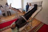 Los cosmonautas rusos Gennady Padalka (al fondo), y Mijaíl Kornienko de la Agencia Espacial Federal Rusa (Roscosmos) participan en ejercicios de entrenamiento en la mesa basculante durante el día de prensa, Sábado, 21 de marzo 2015, Baikonur, Kazajstán. Créditos: Bill Ingalls / NASA.