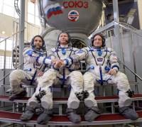 Los miembros de la expedición 43 posan para una fotografía fuera de un simulador de la Soyuz durante el segundo día de exámenes de cualificación, jueves 05 de marzo 2015 en el Centro de Entrenamiento de Cosmonautas Gagarin (GCTC) en Ciudad de las Estrellas, Rusia. Crédito: Bill Ingalls / NASA.