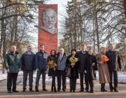 Miembros de la tripulación de respaldo: Jeff Williams de la NASA, a la izquierda, Alexei Ovchinin y Sergei Volkov de la Agencia Espacial Federal Rusa (Roscosmos), posan para una fotografía con los miembros de la Expedición 43, el astronauta de la NASA Scott Kelly, y los comsonautas rusos Gennadi Padalka y Mijaíl Kornienko de Roscosmos, junto con sus seres queridos antes de salir del Centro de Entrenamiento de Cosmonautas Gagarin (GCTC) en Ciudad de Las Estrellas, Rusia, rumbo a Baikonur, Kazajstán, el sábado 14 de marzo de 2015. Créditos: Bill Ingalls / NASA.