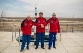 Los miembros de la Expedición 43 el astronauta de la NASA Scott Kelly (izquierda), y los cosmonautas rusos Gennady Padalka (centro), y Mijaíl Kornienko de la Agencia Espacial Federal Rusa (Roscosmos) posan para una foto de grupo cerca de un modelo del cohete Soyuz durante el día de prensa, el sábado 21 de marzo 2015 en el Hotel del Cosmonauta en Baikonur, Kazajstán. Créditos: Bill Ingalls / NASA.