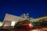 El tren está en la salida del edificio de montaje 112 para comenzar a transportar la nave espacial Soyuz TMA-16M a la plataforma de lanzamiento en el cosmódromo de Baikonur, Kazajstán, miércoles, 25 de marzo de 2015. Créditos: Bill Ingalls / NASA.
