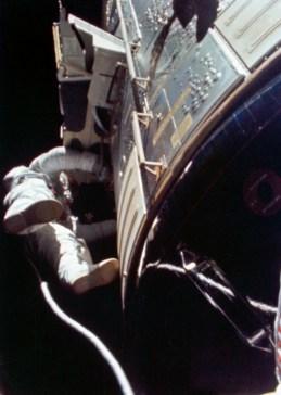 """El astronauta de la NASA Alfred Worden se convirtió en el primer hombre en realizar una caminata en el espacio interplanetario. Al regresar de la Luna desde la nave espacial """"Apollo 15"""" en 1971, lo hizo para recoger una cinta de película fotográfica expuesta. Foto: © NASA"""