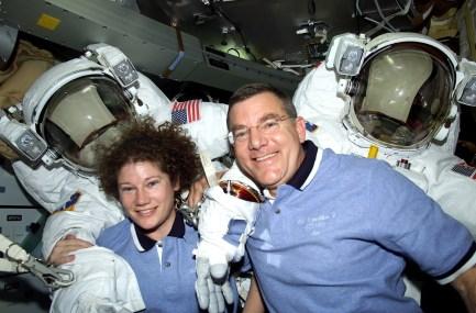 James Voss y Susan Helms realizaron la caminata espacial más larga de la historia desde la EEI. Foto: NASA.