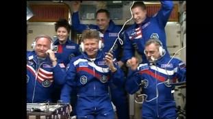 La Expedición 43 se comunica con el Centro de Control en Moscú. Foto: NASA TV.