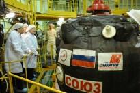 20 de marzo de 2015: La nave Soyuz TMA-16M (módulo orbital) ya integrada en el segmento PkhO se prepara para si integración con el escudo térmico. Foto: S.P. Korolev/RSC Energia.