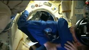 Encuentro de la expedición 43/42 en el módulo Poisk. Foto: NASA TV.