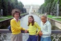 Samantha Smith (cent) junto a su madre Jane Smith (izq) y su amiga Natasha Kashirina (der), en el Palacio Peterhof de Leningrado, Unión Soviética, 16 de julio de 1983. Foto: Sergei Smolsky / ITAR-TASS.