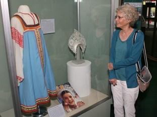 Jane Smith contempla el traje típico ruso utilizado por su hija en su visita a la Unión Soviética, pieza de exibición permanente en el Museo Estatal de Maine, Augusta, EE.UU., 25 de agosto de 2015. Foto: samanthasmith.info