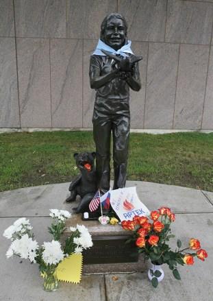 Monumento a Samantha Smith adornado por las banderas de EE.UU. y Rusia, Augusta, EE.UU., 25 de agosto de 2015. Foto: samanthasmith.info