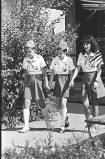 Samantha Smith (cent) con su consejera, Olga Sajátova (der) y su amiga Natasha Kashirina (izq) durante su estancia en Artek.
