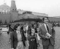 Samantha Smith junto a sus padres Jane y Arthur Smith en la Plaza Roja durante su visita a la URSS, Moscú, Unión Soviética, 11 de julio de 1983. Foto: Nikolai Malyshev & Alexander Yakovlev / ITAR-TASS.