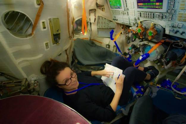 Sarah Brightman revisa su lista de tareas en el simulador de la nave Soyuz como parte de sus exámenes de calificación en Ciudad de las Estrellas, Rusia. Foto: sarahbrightman.com