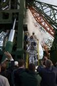 2 de septiembre de 2015: Los tripulantes de la Soyuz TMA-18M conformados por el astronauta de la ESA Andreas Mogensen, el cosmonatua kazajo Aidyn Aimbétov y el comandante de la nave espacial Serguéi Vólkov de Roscosmos, se despiden de la audiencia que los felicita y despide en la plataforma de lanzamiento 1 de Baikonur, Kazajstán. Crédito de la imagen: S. Corvaja / Agencia Espacial Europea (ESA).