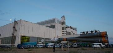 31 de agosto de 2015: La nave espacial Soyuz TMA-18M abandona el edificio de montaje MIK 112 rumbo a la plataforma de lanzamiento en tren, Cosmódromo de Baikonur en Kazajstán. Foto: Agencia Espacial Europea (ESA).