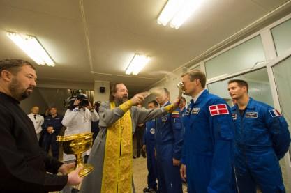 2 de septiembre de 2015: Andreas Mogensen reciben la tradicional bendición de un sacerdote ortodoxo en el Hotel del Cosmonauta en Baikonur. Foto: S. Corvaja / Agencia Espacial Europea (ESA).