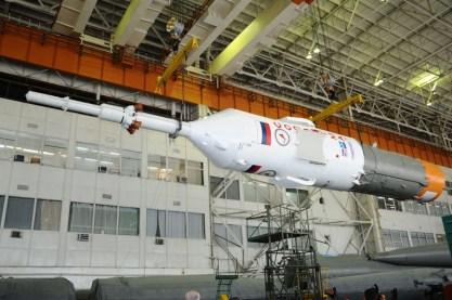 30 de agosto de 2015: Completando la integración de la nave: La torre de rescate de emergencia (SAS) ya unida al escudo térmico y la tercera etapa del cohete. Foto: S.P. Korolev/RSC Energia.